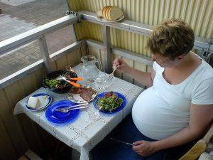 grávida comendo