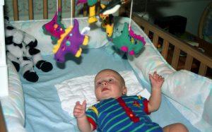 Bebê no berço brincando