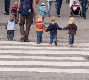 Crianças indo para a escola