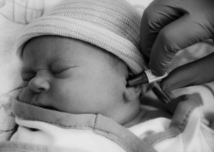 examinando a orelha do bebe