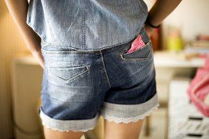 menina com absorvente no bolso