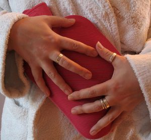 mulher com cólica menstrual